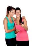 Ragazze splendide trasformandosi in una foto con il cellulare Immagini Stock