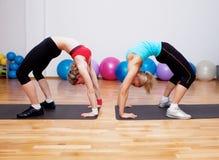 Ragazze su addestramento di forma fisica Immagine Stock