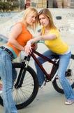 Ragazze su una bici Immagine Stock