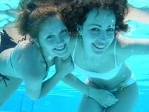 Ragazze subacquee in raggruppamento Fotografia Stock