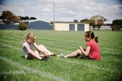 Ragazze sul campo di sport fotografie stock libere da diritti
