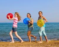 Ragazze sulla spiaggia fotografie stock libere da diritti