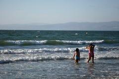Ragazze sulla spiaggia immagini stock