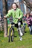 Ragazze sulle biciclette Fotografie Stock