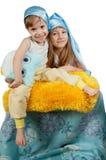 Ragazze sveglie in cappelli blu di sonno isolati su bianco Fotografie Stock Libere da Diritti