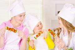 Ragazze sveglie felici che cucinano legumiera Fotografia Stock Libera da Diritti