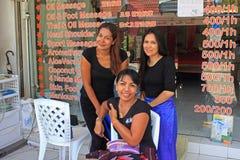 Ragazze tailandesi di massaggio, spiaggia di Kata, Phuket, Tailandia Immagini Stock Libere da Diritti