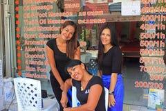 Ragazze tailandesi di massaggio, spiaggia di Kata, Phuket, Tailandia Fotografia Stock