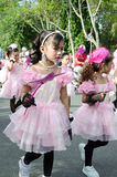 Ragazze tailandesi in vestito tradizionale durante dentro la parata Immagine Stock