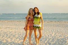 Ragazze teenager alla spiaggia Immagine Stock
