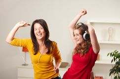 Ragazze teenager che ascoltano la musica Immagini Stock