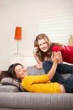 Ragazze teenager che ascoltano la musica nel paese Fotografie Stock