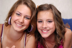 Ragazze teenager che hanno divertimento Fotografia Stock