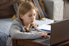 Ragazze teenager che lavorano ad un computer portatile Fotografia Stock