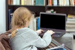 Ragazze teenager che lavorano ad un computer portatile Fotografia Stock Libera da Diritti