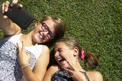 Ragazze teenager che prendono selfie Fotografia Stock