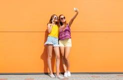 Ragazze teenager che prendono selfie dallo smartphone di estate Immagini Stock Libere da Diritti