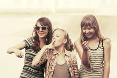 Ragazze teenager felici che camminano in via della città Fotografia Stock
