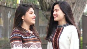 Ragazze teenager felici che parlano latino-americano Latina archivi video