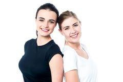 Ragazze teenager felici di nuovo alla parte posteriore Fotografie Stock