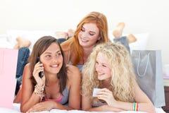 Ragazze teenager felici dopo i vestiti di acquisto Fotografie Stock