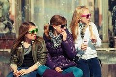 Ragazze teenager felici sulla via della città Fotografia Stock