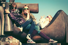 Ragazze teenager felici sulla via della città Fotografie Stock Libere da Diritti