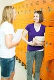 Ragazze teenager nel corridoio del banco Fotografie Stock
