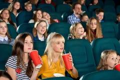 Ragazze uscite che guardano film nel cinema Fotografia Stock