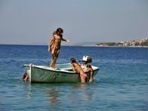 Ragazze in vacanza di estate sulla barca in mare Immagine Stock Libera da Diritti