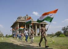 Ragazzi che corrono con la bandiera indiana Fotografia Stock