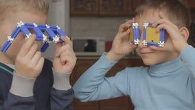 Ragazzi che esaminano i vetri stock footage