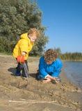 Ragazzi che giocano alla spiaggia Fotografia Stock