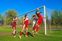 Ragazzi che giocano calcio Immagini Stock