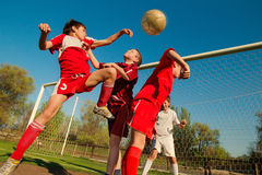 Ragazzi che giocano calcio Fotografia Stock