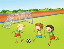 Ragazzi che giocano gioco del calcio Fotografie Stock Libere da Diritti