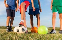 ragazzi che giocano gioco del calcio Fotografia Stock