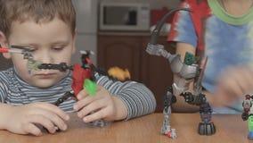 Ragazzi che giocano i robot dal progettista stock footage