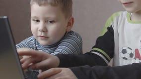 Ragazzi che giocano sul computer portatile archivi video
