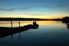 Ragazzi che guardano tramonto Fotografia Stock Libera da Diritti