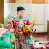 Ragazzi che indossano pantomimo tailandese, prestazioni di pantomimo immagini stock libere da diritti