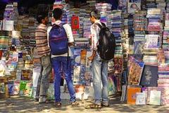 Ragazzi che leggono i titoli dei libri nella via. Fotografie Stock Libere da Diritti