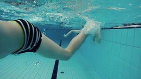 Ragazzi che nuotano archivi video