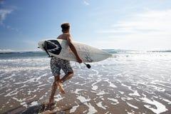 Ragazzi che praticano il surfing Immagine Stock