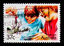 Ragazzi con il gambero, serie di Aussie Kids, circa 1987 Immagine Stock Libera da Diritti