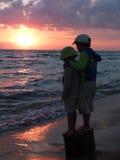 Ragazzi del fratello sulla riva di mare fotografia stock libera da diritti
