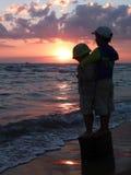 Ragazzi del fratello sulla riva di mare fotografia stock