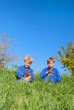 Ragazzi dell'azienda agricola con i polli Fotografia Stock