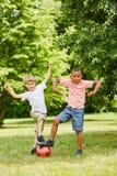 Ragazzi divertendosi mentre giocando a calcio fotografie stock libere da diritti
