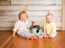Ragazzi e coniglietti di Pasqua immagine stock libera da diritti